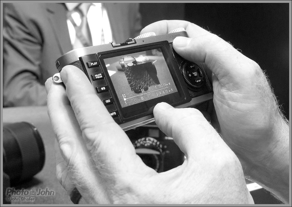 leica x1 manual focus assist camera news and reviews rh photographyreview com Original Leica 1 Leica Forum